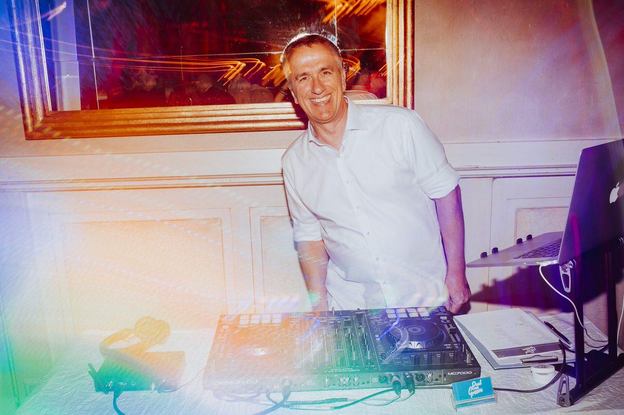 Paul van Groove hinter seinem DJ Pult