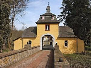 Der Eingang zu Schloß Eulenbroich in Rösrath
