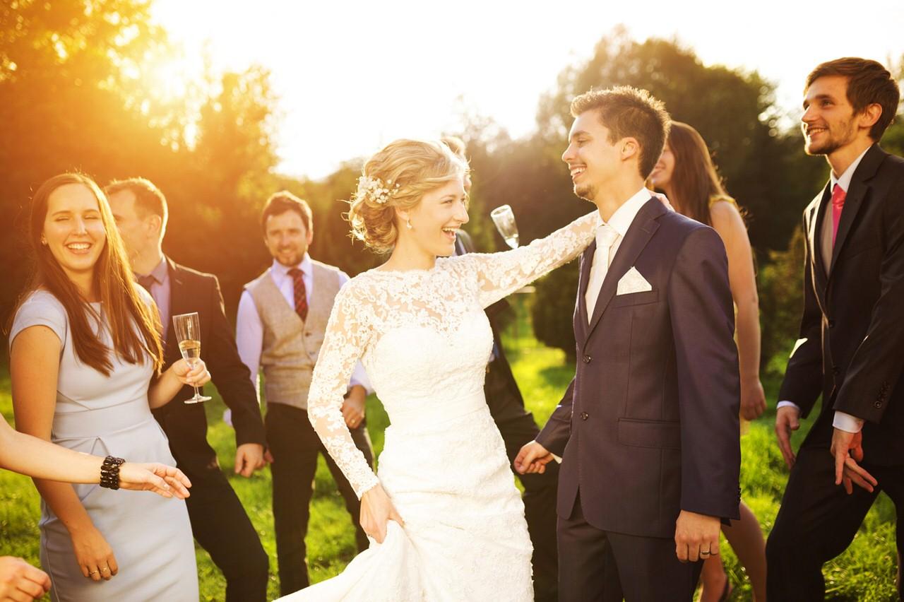 Hochzeitspaar mit Gästen