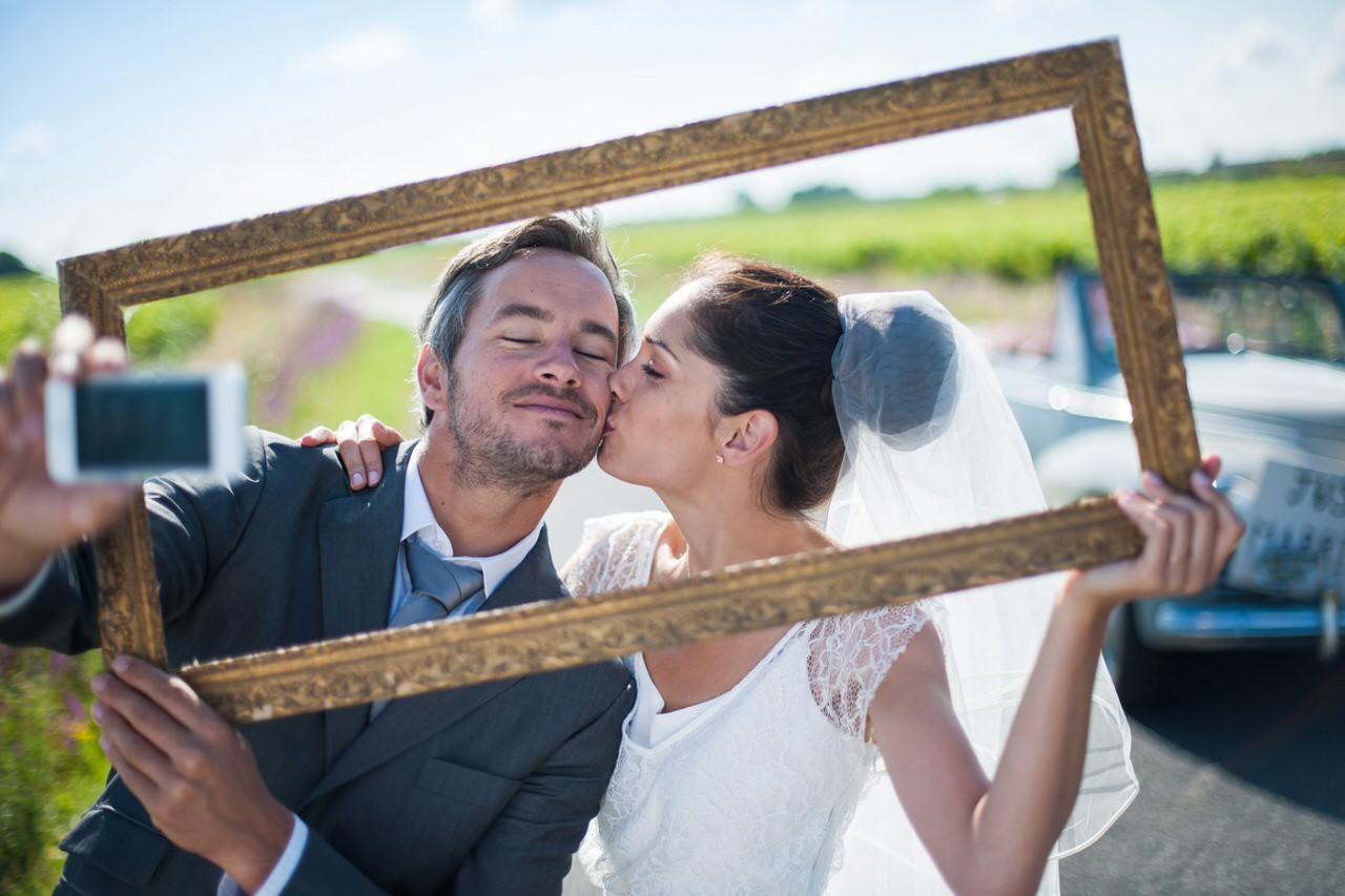 Paar in der Sonne, das vielleicht eine internationale Hochzeit gefeiert hat
