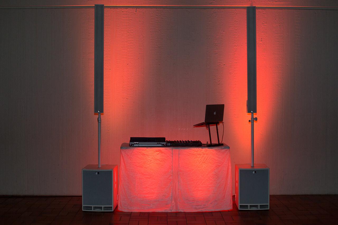 DJ Arbeitsplatz mit Musikanlage und vier Floorspots als Licht