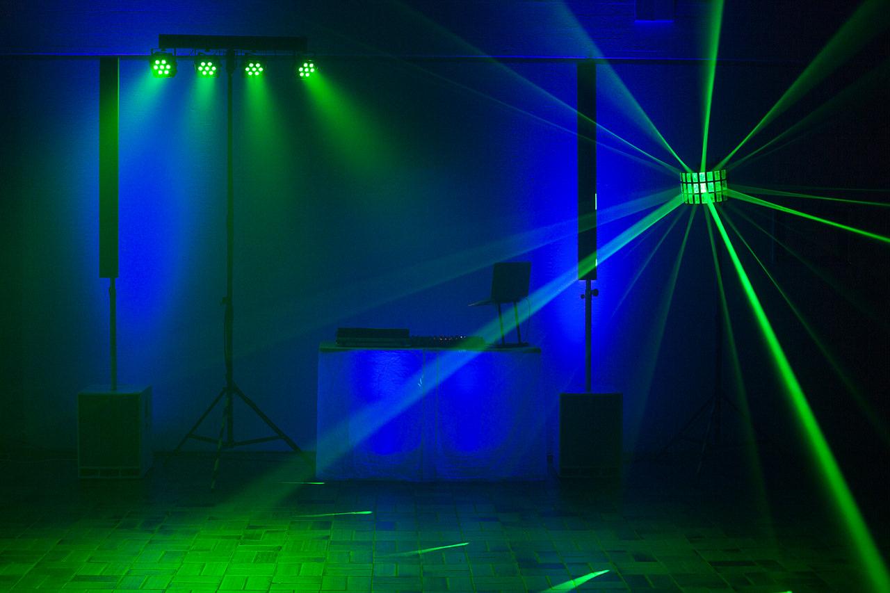 DJ Arbeitsplatz, Musikanlage und Licht-Effekte für die Tanzfläche