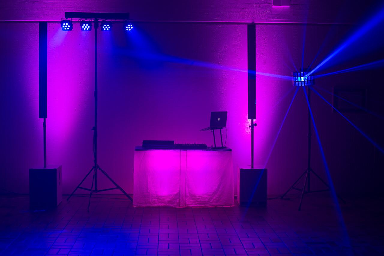 DJ Arbeitsplatz mit Fohhn Audio Linea Live III High-Powersystem, vier Floorspots, 4er-LED-Bar und Derby-Effekt