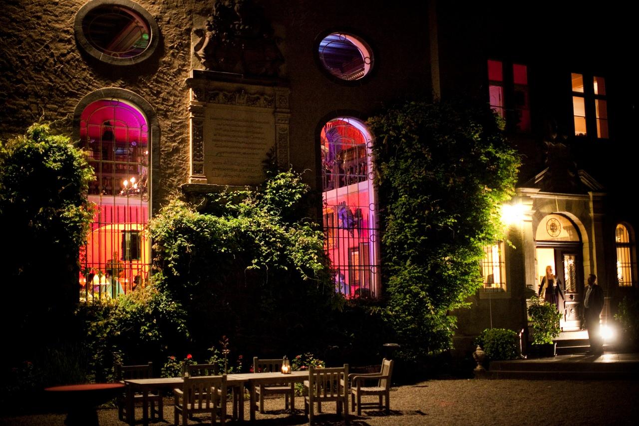 Der nächtliche Schlosshof auf Burg Namedy. Foto: Burg Namedy