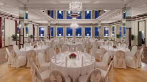 Der Konzertsaal des Rheinhotel Dreesen, für eine Hochzeit feierlich gedeckt. Foto: Rheinhotel Dreesen