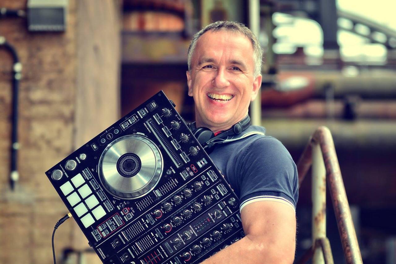 Paul van Groove mit DJ Controller. Foto: Jörg Backhaus