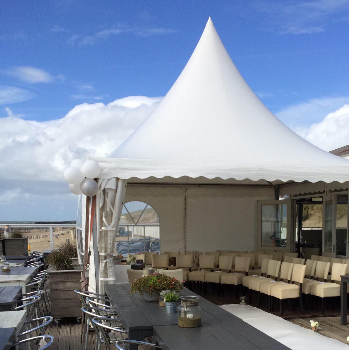 Zelt auf der Terrasse des Strandpaviljoen Bluv. Foto: Strandpaviljoen Bluv