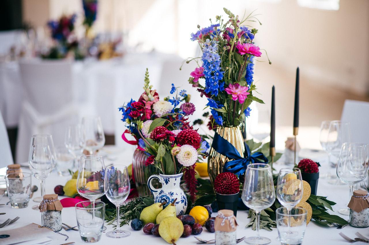 Geschmackvoll dekorierter Tisch. Foto: Huy Nguyen Photographie /  I do weddings