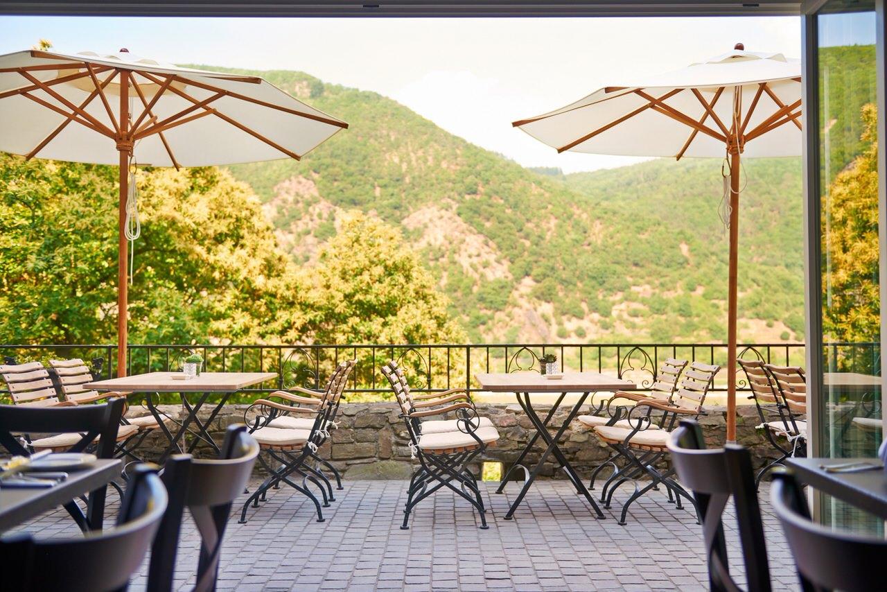 Von der Terrasse schweift der Blick über die Abhänge des Binger Waldes. Foto: Nathalie Schwartz