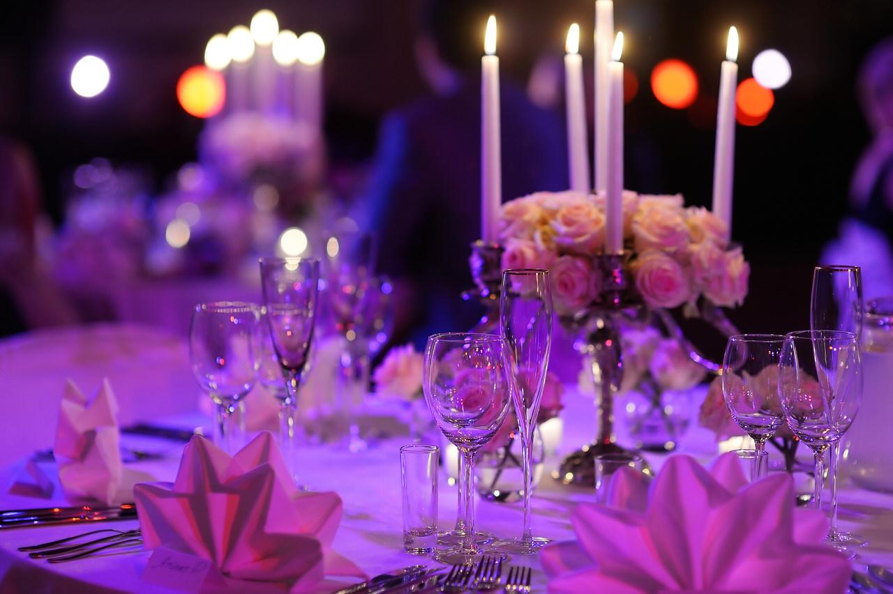 Ambient-Beleuchtung hüllt die feierlich gedeckten Tische in stimmungsvolles Licht. Foto: MNStudio