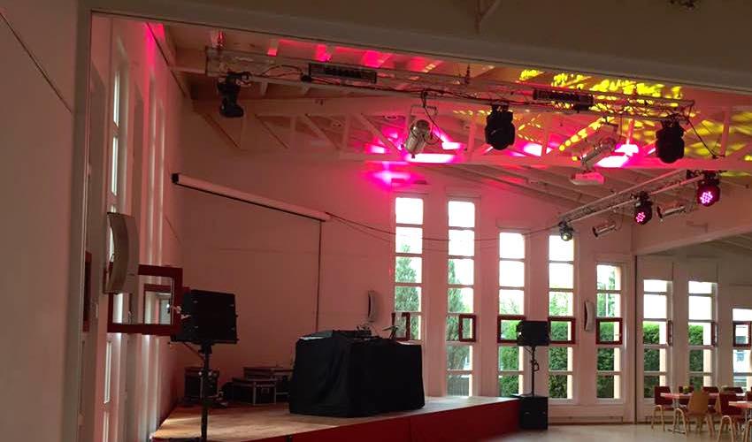 Der Pfarrsaal von St. Aegidius ist bereit für die Party zum Geburtstag. Foto: Frederik Kuhnert