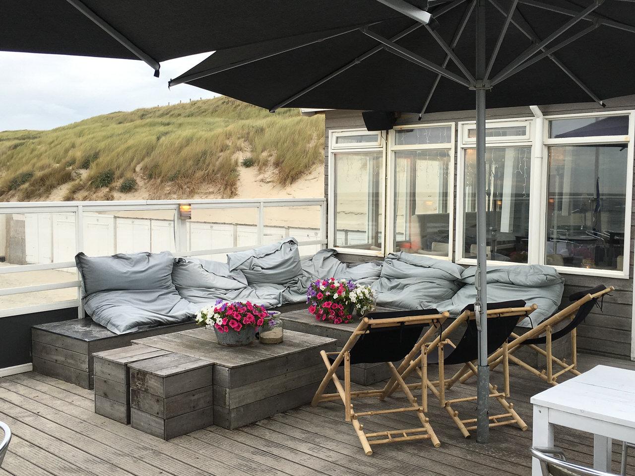 Die loungigen Möbel auf der Terrasse des Beachclub Bluv. Foto: Andreas Paul / Paul van Groove