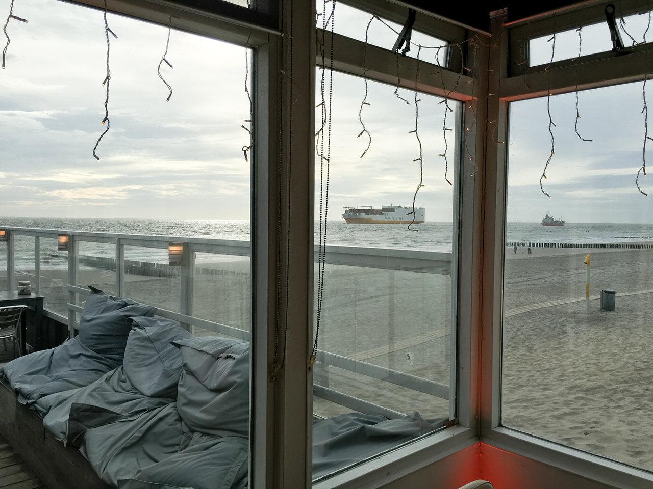 Auflegen mit Ausblick auf Strand, Meer und Ozean-Dampfer. Foto: Andreas Paul / Paul van Groove