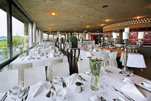 Das Restaurant der Godesburg mit schön gedeckten Tischen. Foto: André Weimar / ARTVERTISEMENT