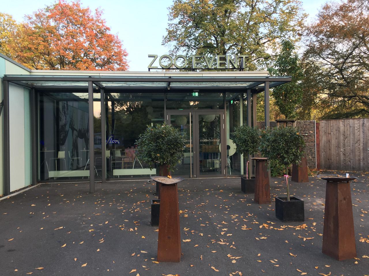 Der Eingang zum Zoo Event Köln im Herbst. Foto: Andreas Paul // Paul van Groove