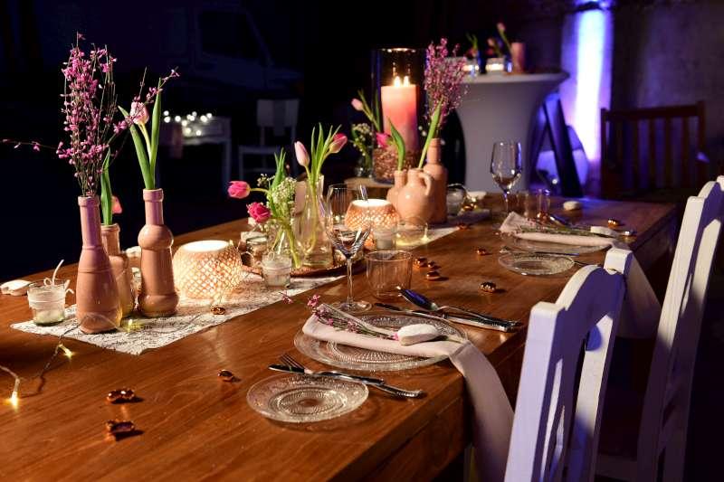 Tisch, Stehtisch und Floorspot.