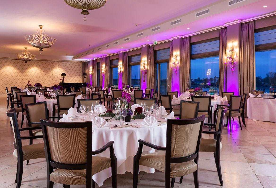 Der Rheinsaal festlich gedeckt für ein Bankett. Foto: Hotel Königshof