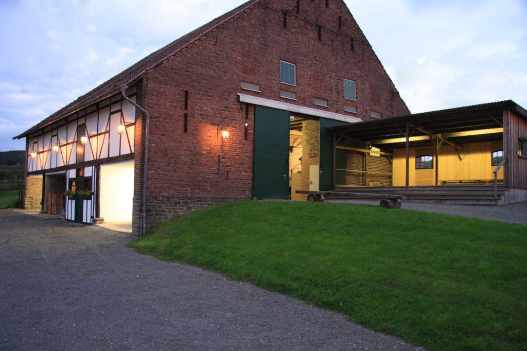 Die Scheune von Gut Forkscheid im Abendlicht Foto: Ehreshoven Manufaktur