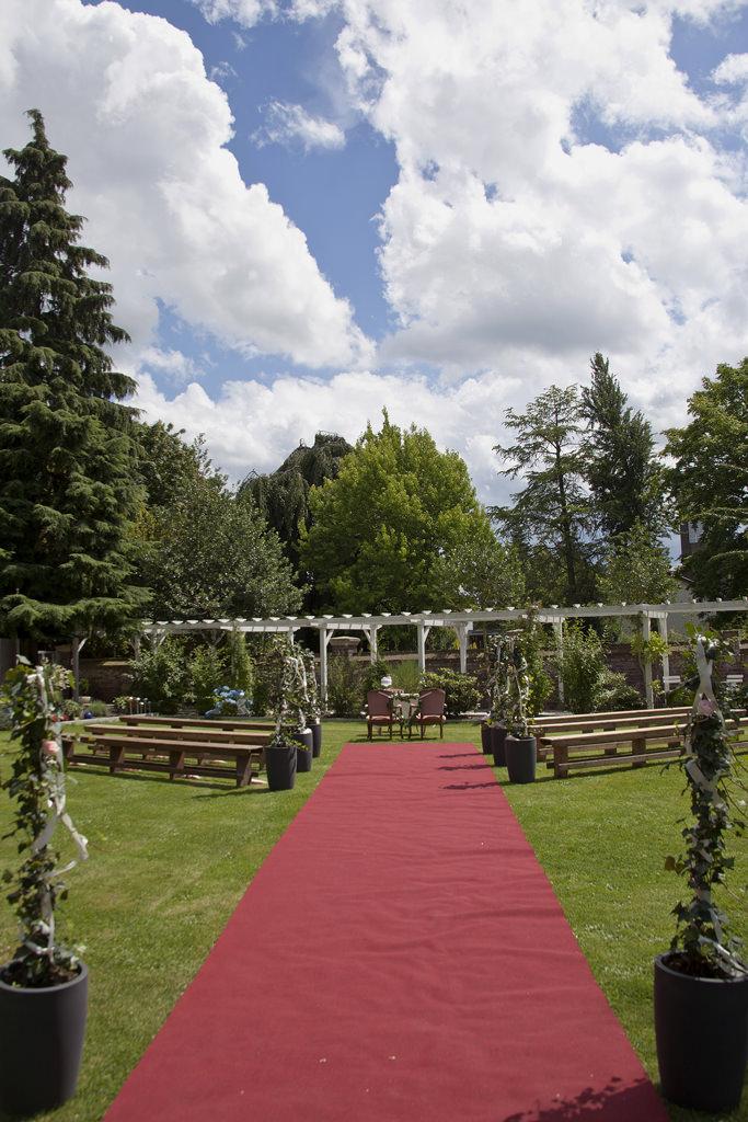 Trautisch und Bänke für die Gäste im Garten der Villa Girmes