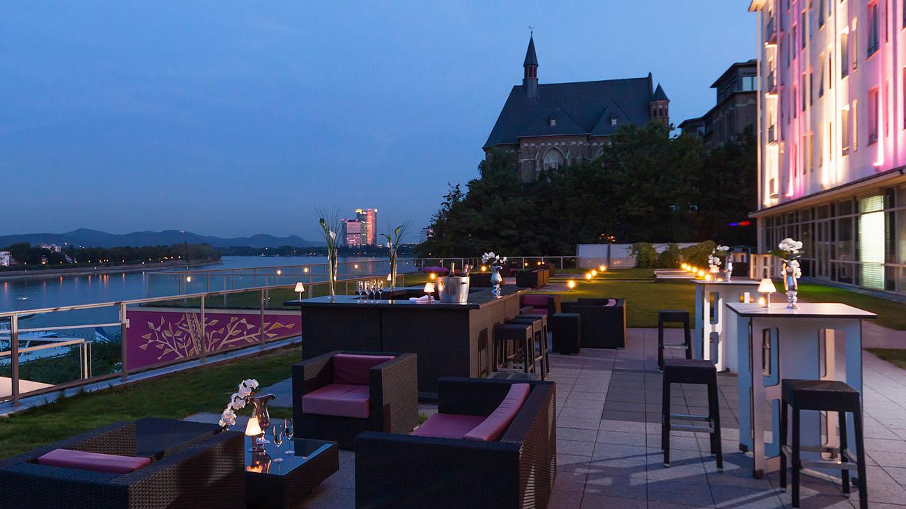 Der Blick von der Rheinterrasse des Hotel Königshof auf den Rhein mit Posttower und Siebengebirge