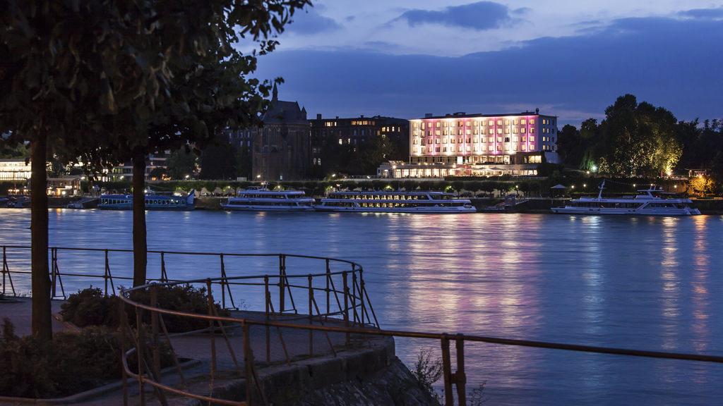 Der Blick vom Beuler Ufer des Rheins auf das Hotel