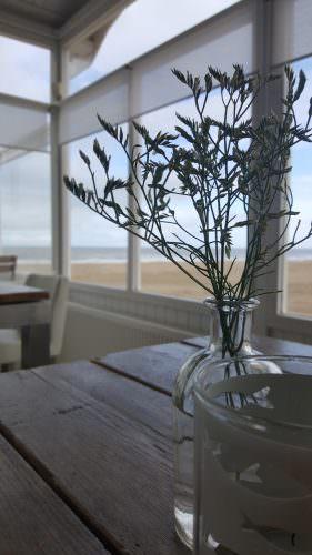 Das KW106 bietet ein helles, freundliches Ambiente direkt auf dem Strand. Foto: KW106