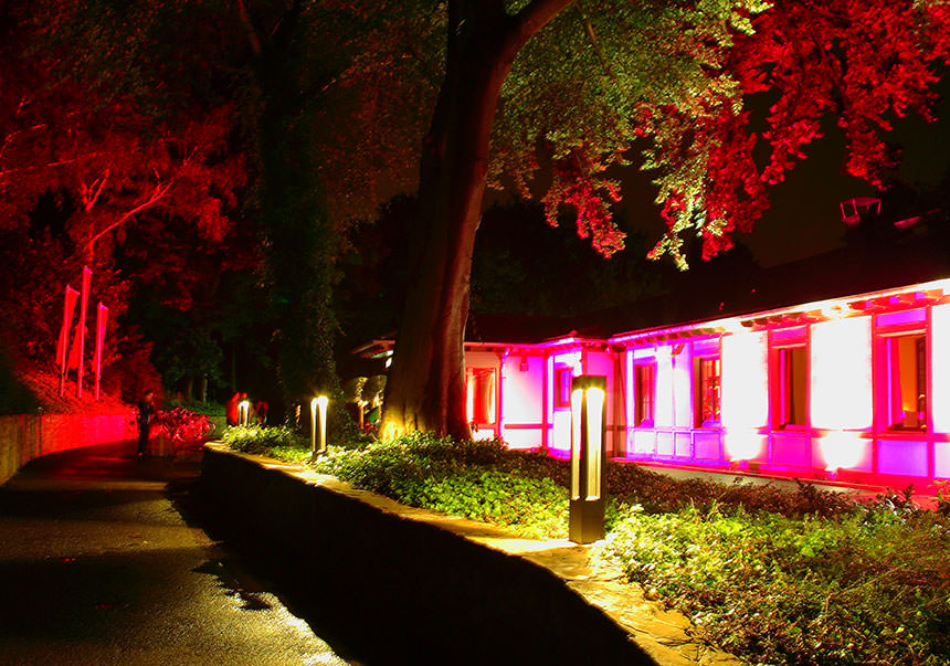 Der Weg zum Eingang des Club Astoria prachtvoll illuminiert. Foto: Jenny Blassnig // Club Astoria