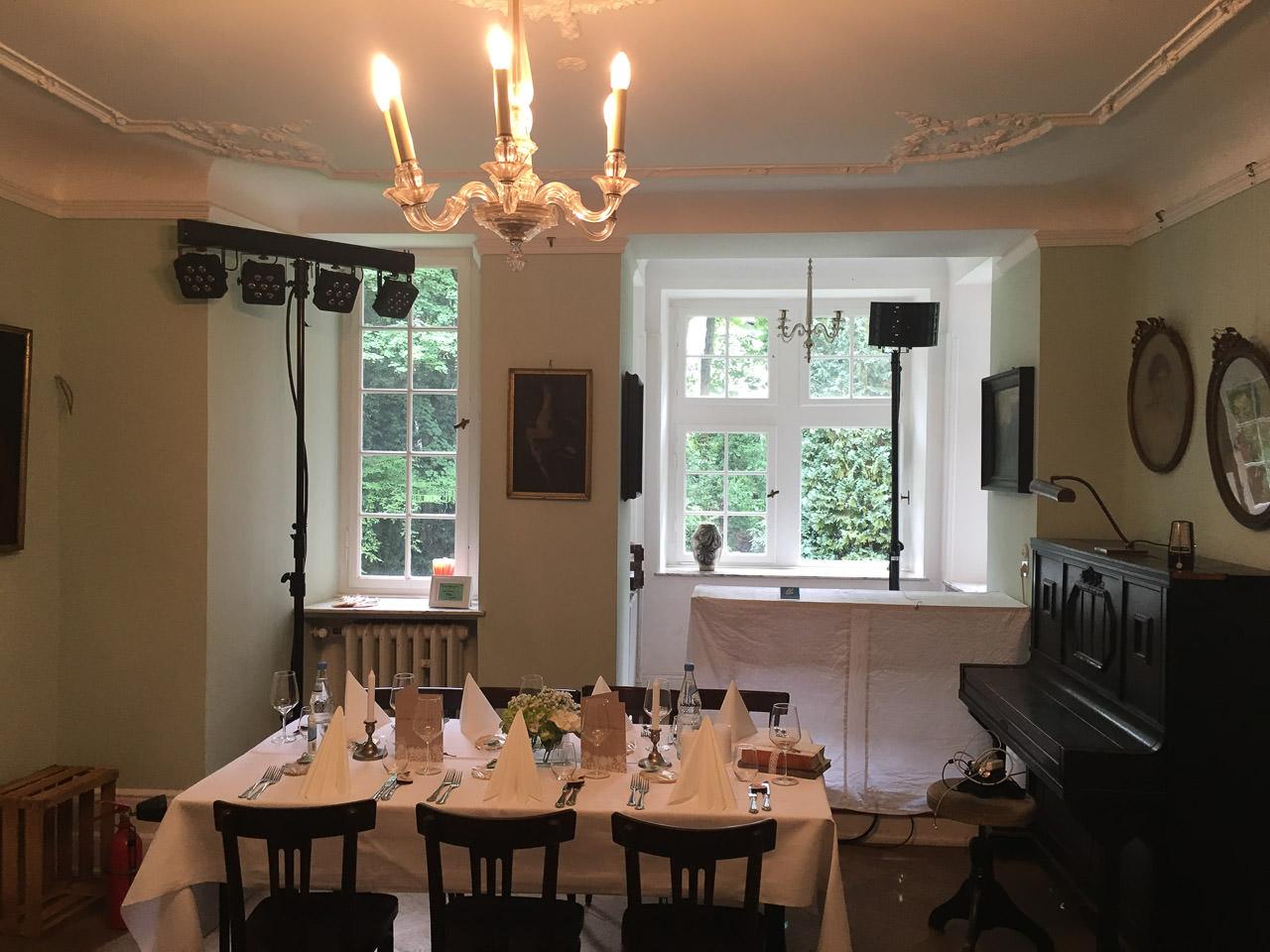 Der mittlere Salon - der Tisch wurde für die Party beiseite geräumt. Foto: Andreas Paul // Paul van Groove