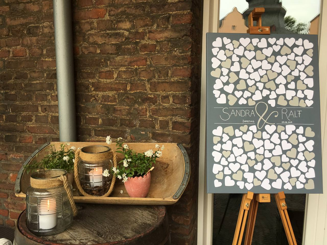 Tafel und Blumen-Deko im Innenhof