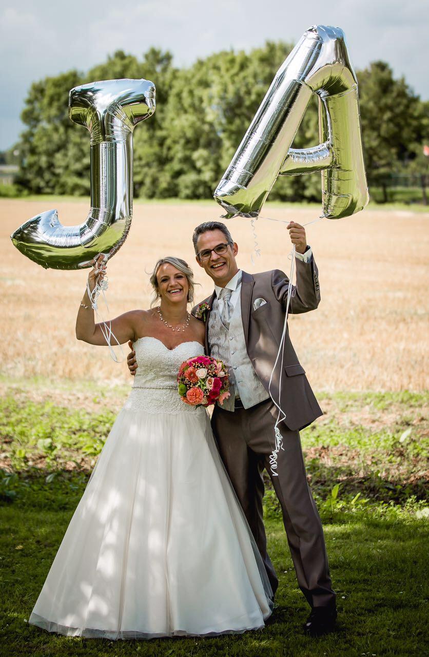 """Sandra & Ralf mit zwei Luftballons """"J"""" und """"A"""""""