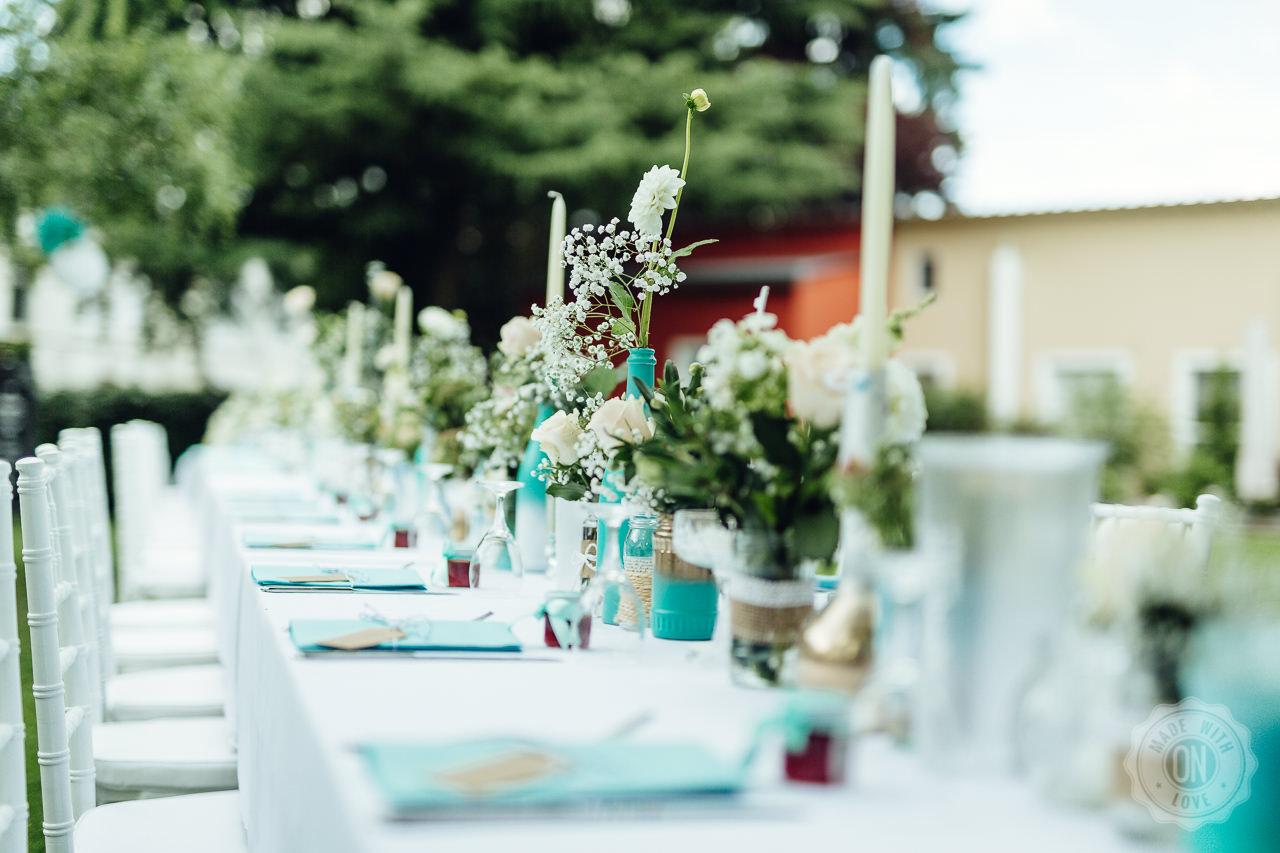 Blumendekoration auf der langen Tafel