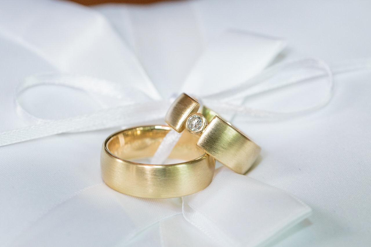 Hochzeitsringe auf weißem Stoff