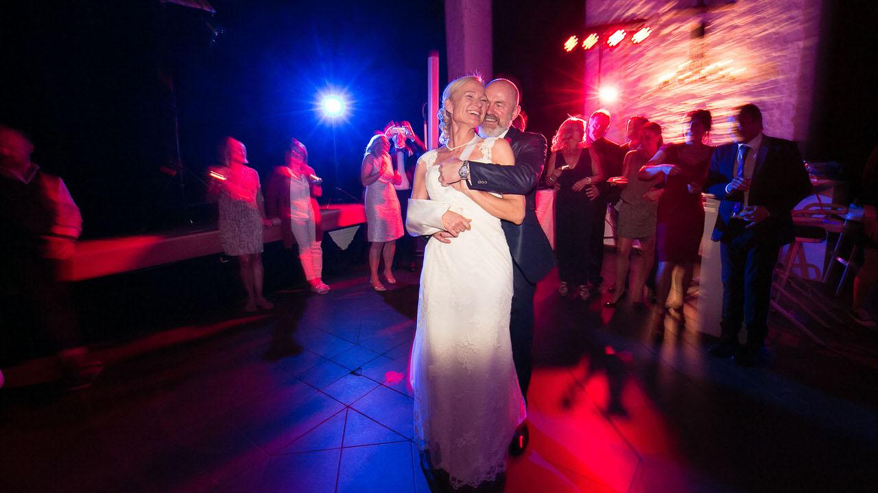 Ute & Thorsten geniessen ihren Eröffnungstanz. Foto: Bodo Oerder Fotografie