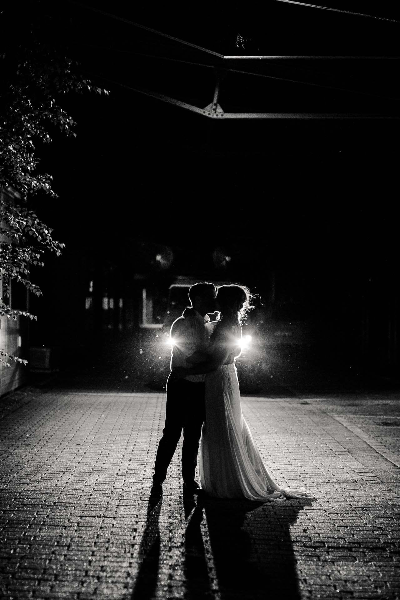 Janine & Boris im Gegenlicht der Autoscheinwerfer