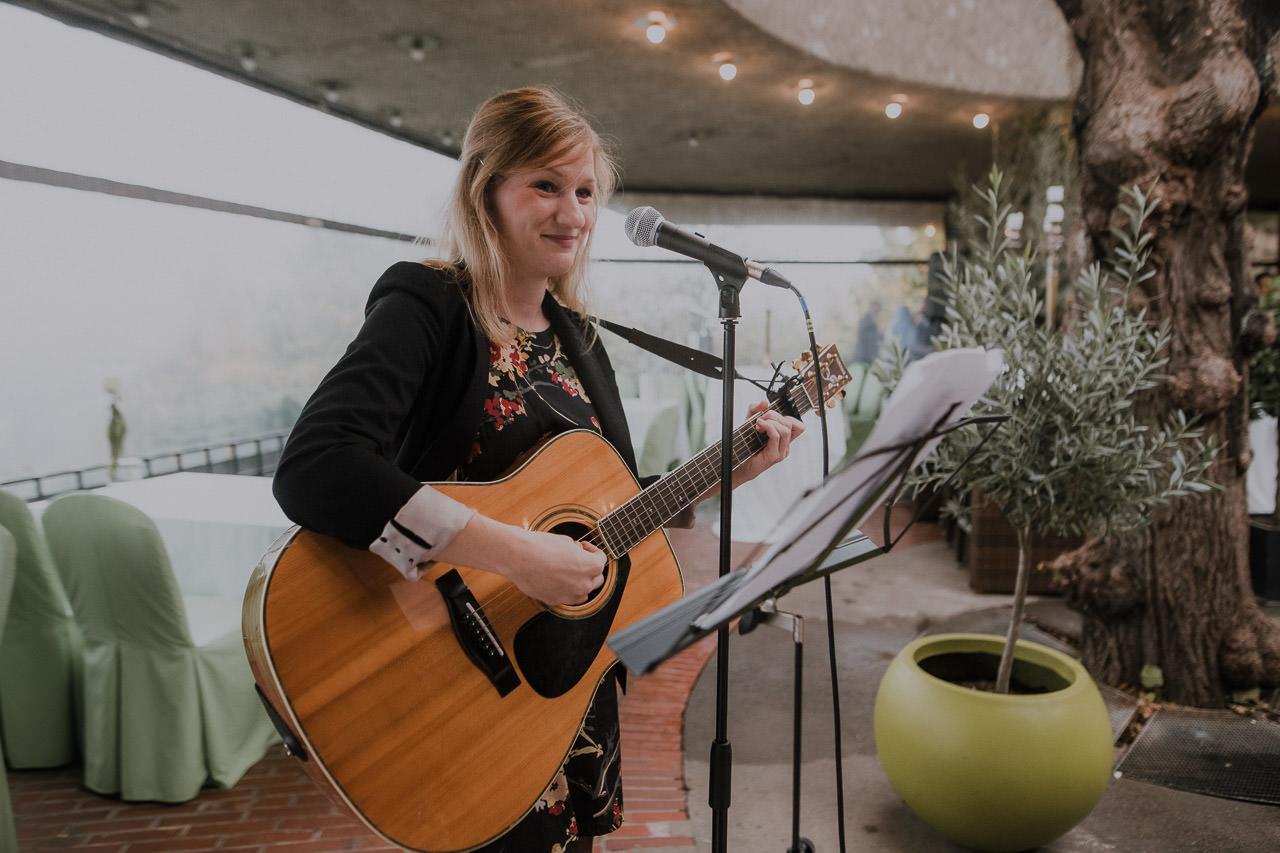 Birgit mit Gitarre am Mikrofon