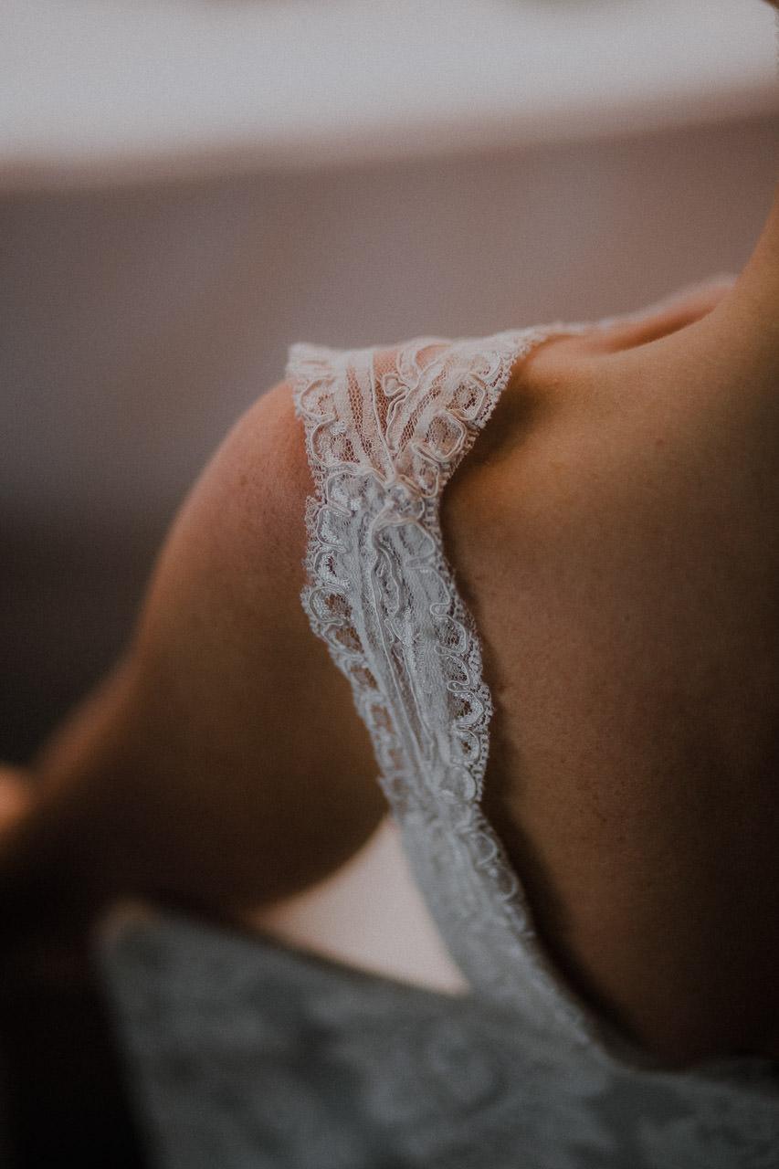 Christines Brautkleid, Träger und Schulter von hinten