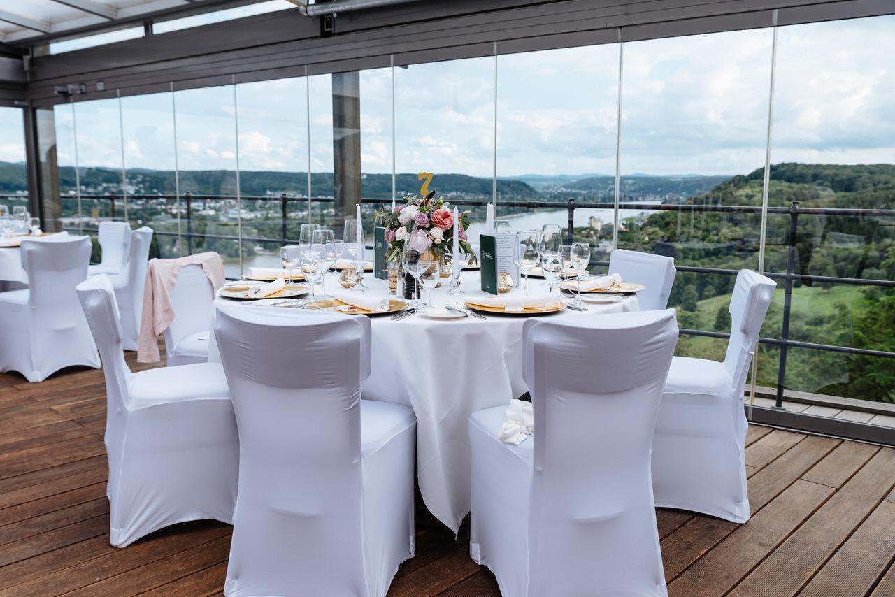 Hochzeitstafel mit Blick ins Rheintal