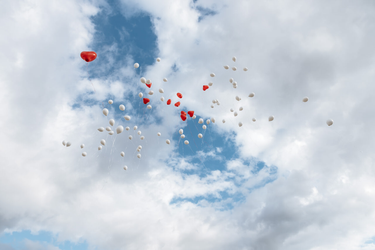Luftballons im Sommerhimmel über dem Rolandsbogen