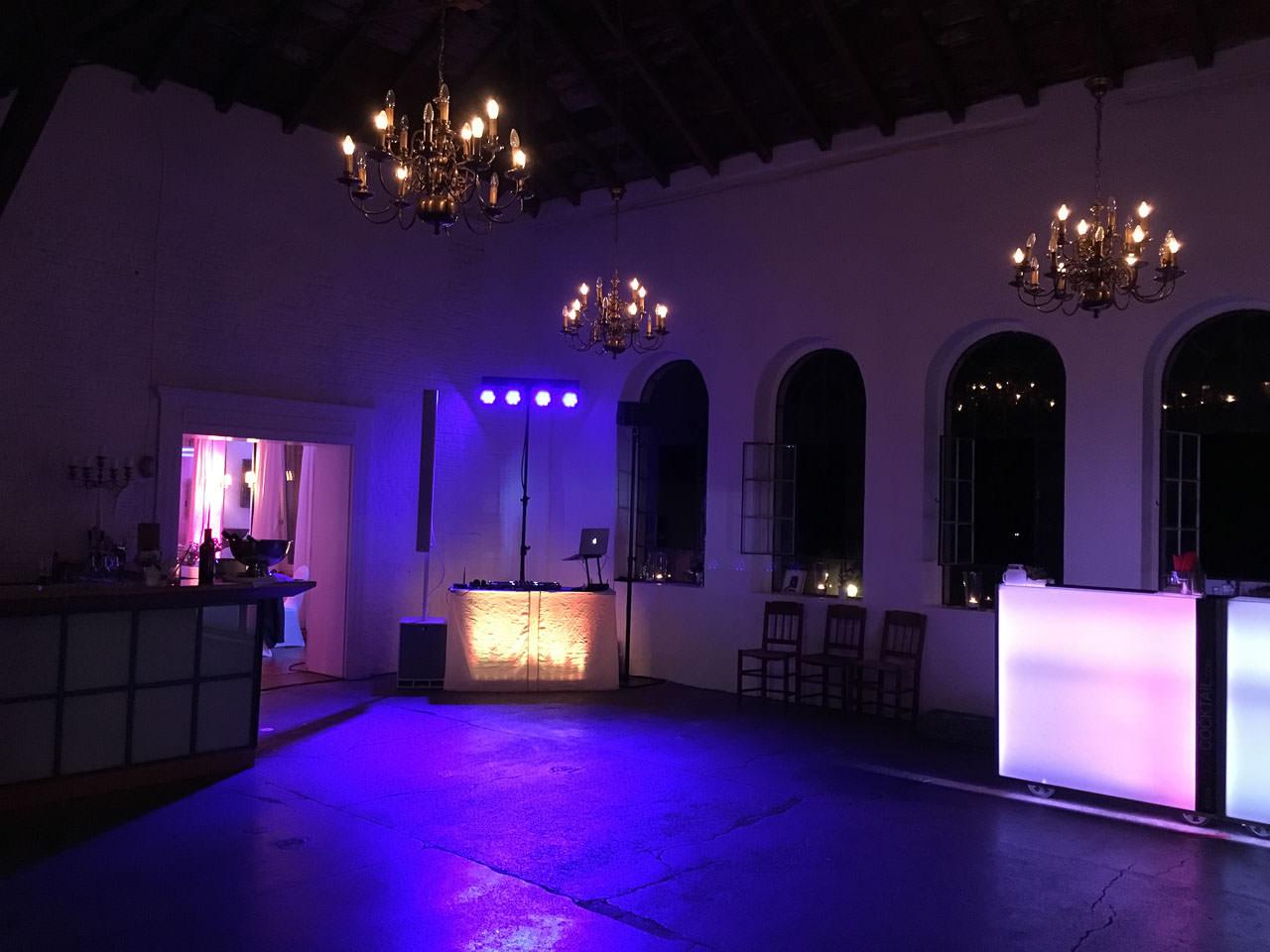 Tanzfläche im Festsaal von Gut Nettehammer, bunt beleuchtet.