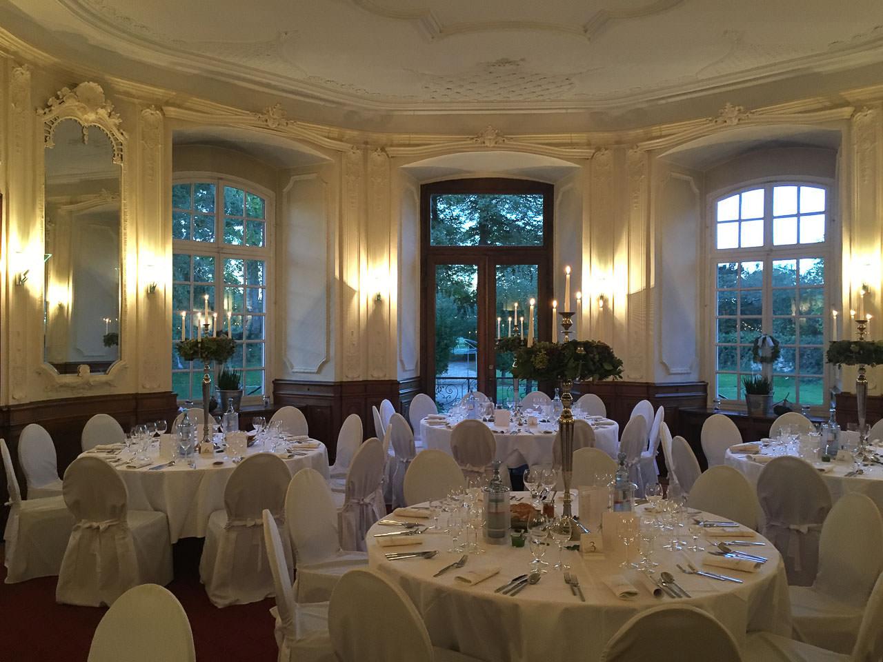 Spiegelsaal auf Schloss Eicherhof mit eingedeckten Tischen