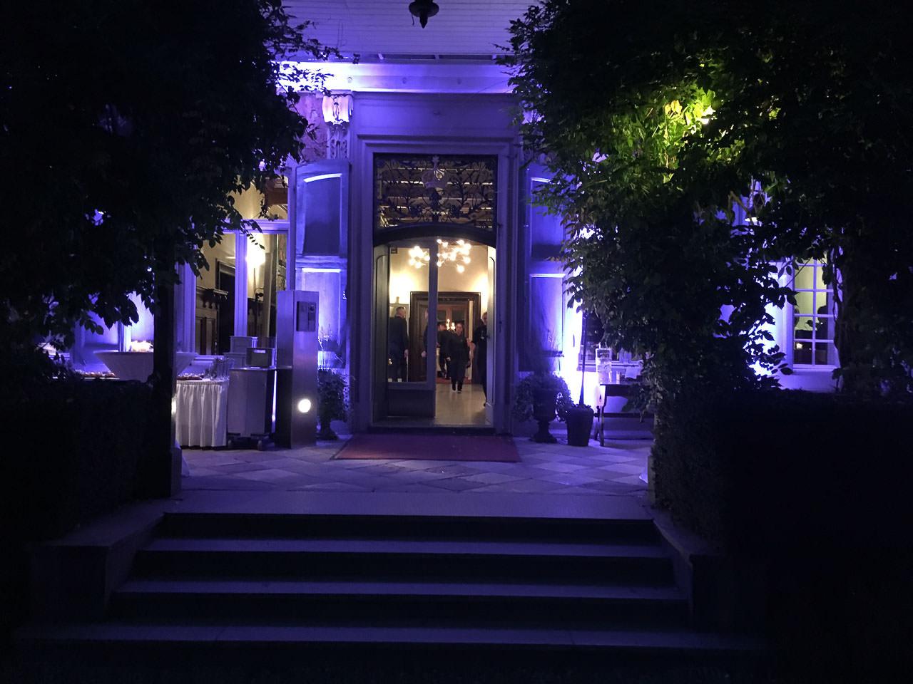 In den Wunschfarben des Paares illuminierte Veranda auf Schloss Eicherhof