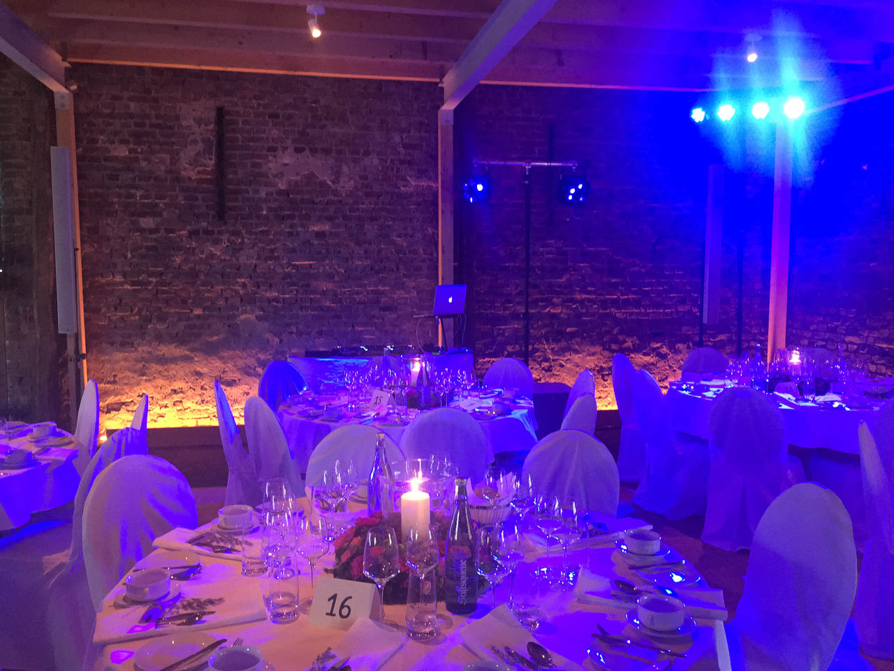 Party-Licht in der Hochzeitsscheune