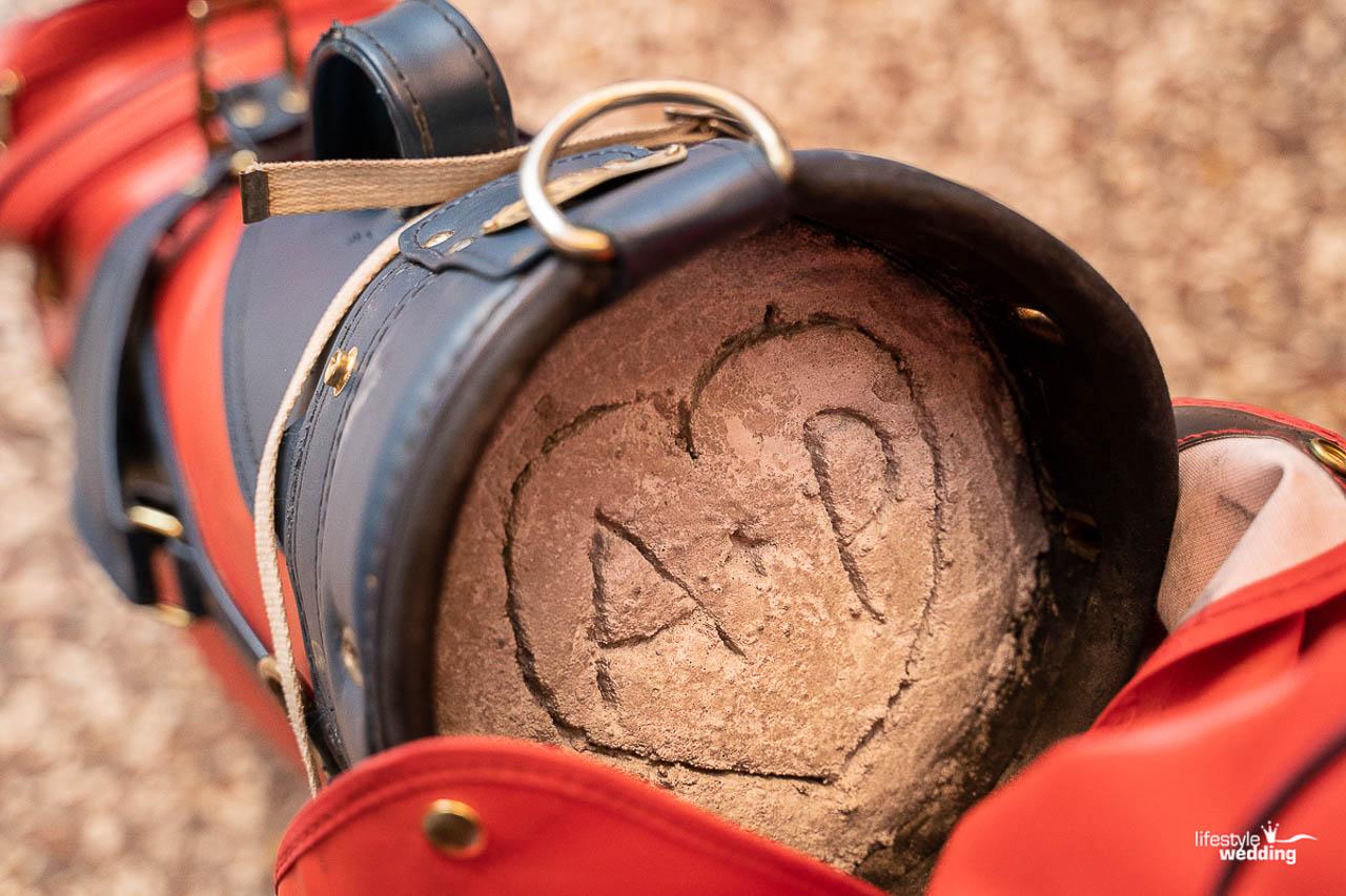 """Golfsack mit Herz """"A + P"""" im Beton eingeritzt"""