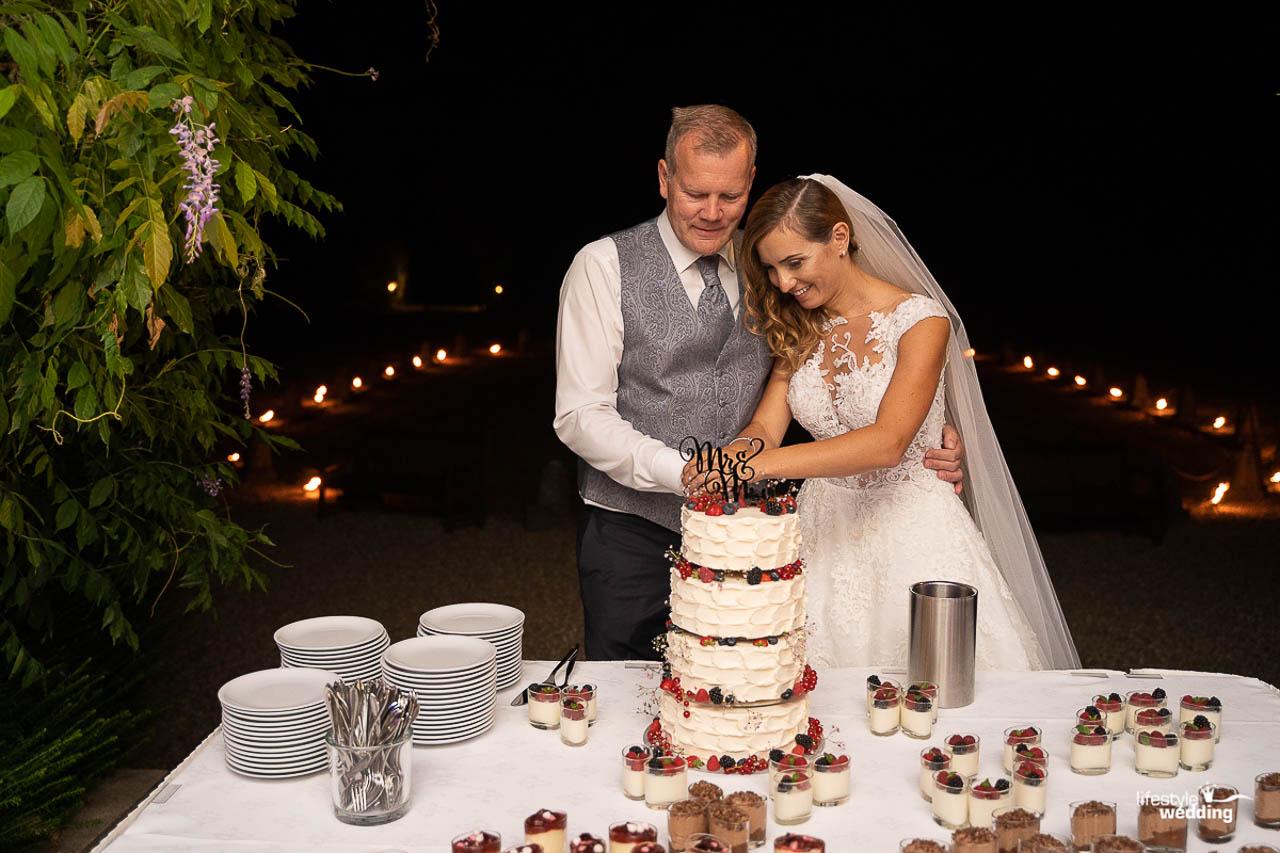 Paulina & Andreas schneiden die Torte an