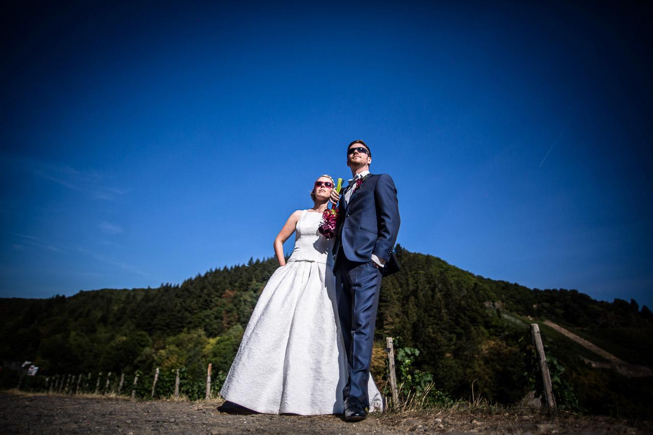 Sarah & Jan vor Hügel im Ahrtal
