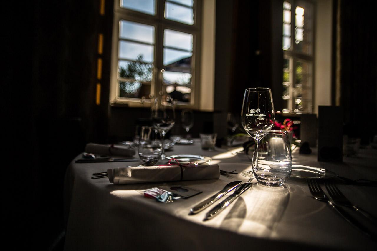 Sonnenlicht fällt duch das Fenster auf den festlich gedeckten Tisch