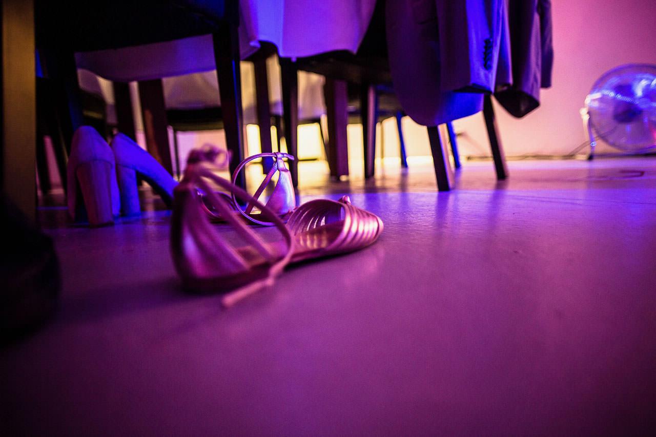 Verlassene Damenschuhe unter dem Tisch