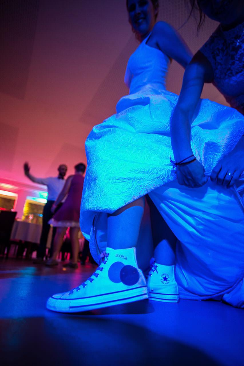 Weiße Converse Chucks mit Aufdrucke 18.08.18 und de Farben von Sarah & Jan