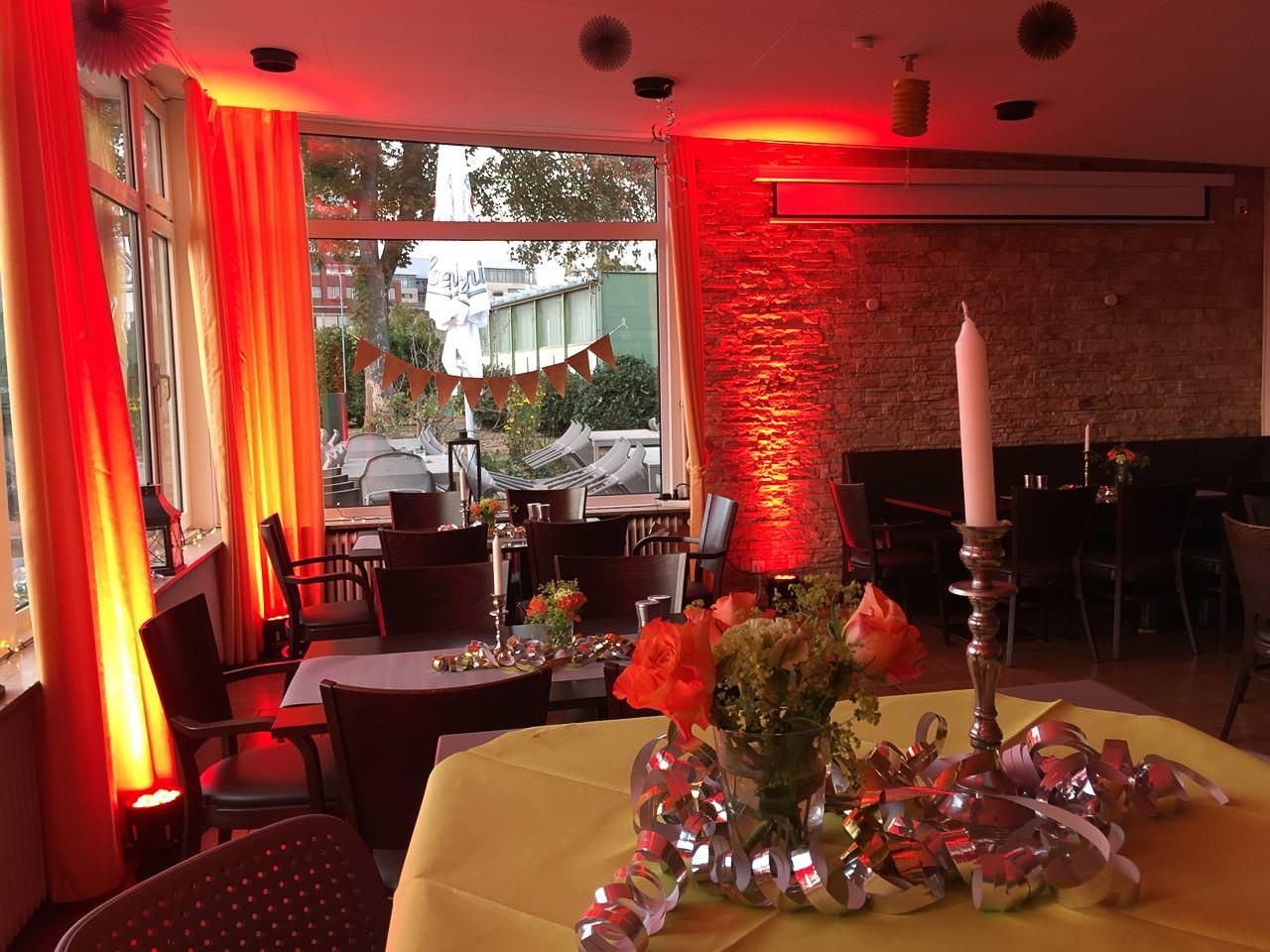 Der Tennisclub orange-rot beleuchtet