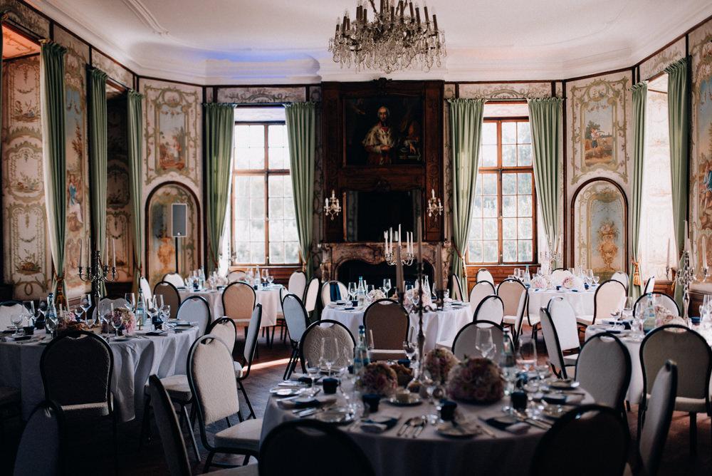 Der Spiegelsaal mit festlich eingedeckten Tischen